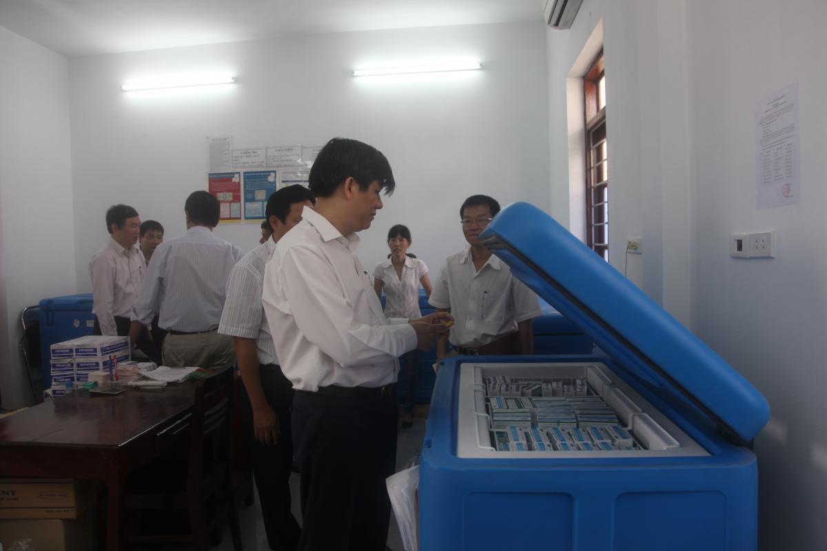 Thứ trưởng Bộ Y tế Nguyễn Thanh Long kiểm tra dây chuyền lạnh bảo quản vắc xin trong đợt tiêm chiến dịch tại Ninh Bình